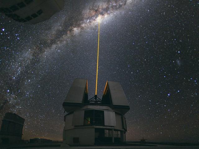 Ein Laserstrahl führt zum Himmel.