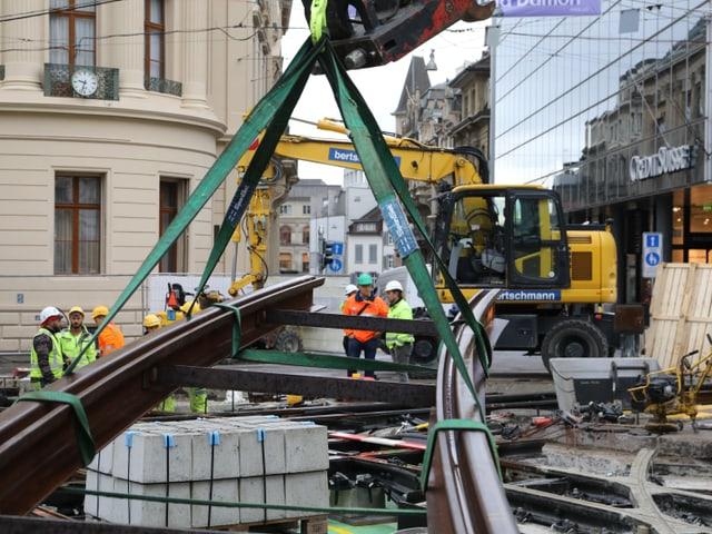 Eine neue Schiene wird grade zur Einbaustelle gehoben.