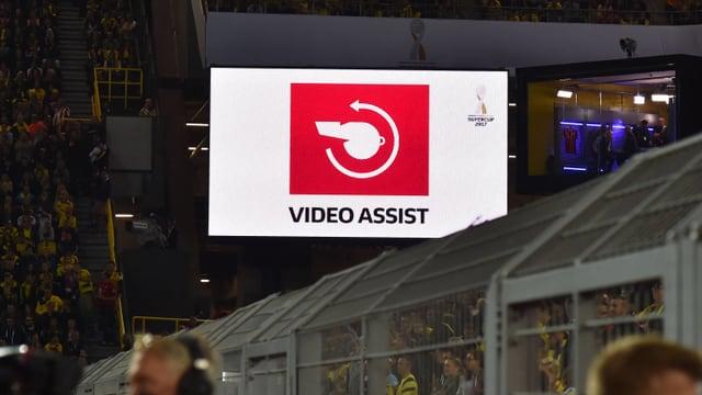 Der Video-Assistent auf der Stadion-Anzeige