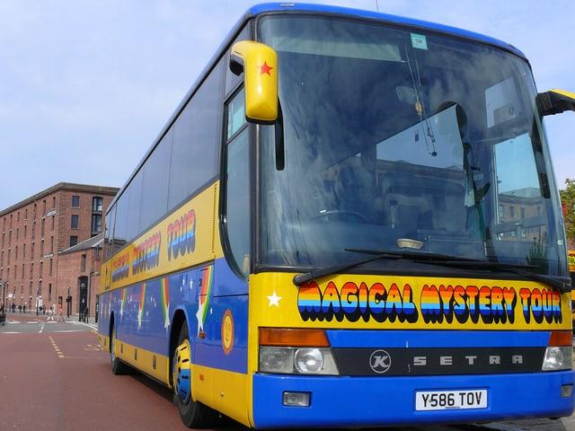 Ein gelb-blau lackierte Bus mit der Aufschrift: Magical Mystery Tour.