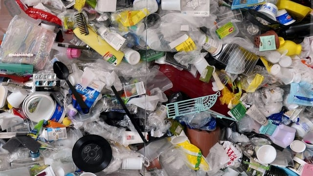 Berge von buntem Plastikmüll