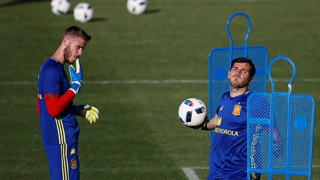 David de Gea und Iker Casillas machen im Training Übungen mit dem Ball.