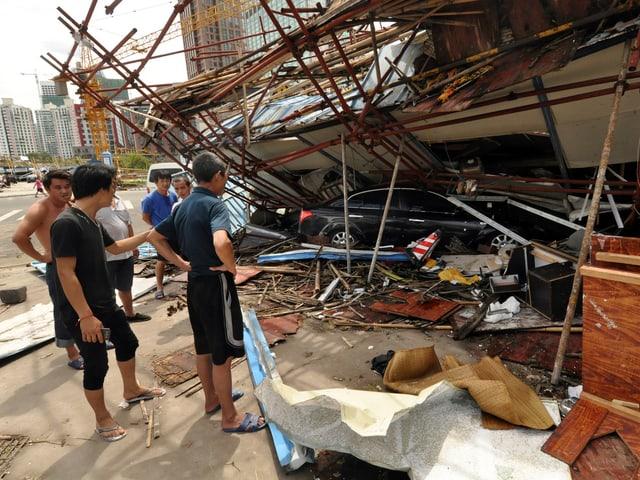 Auto unter zusammengefallenem Haus
