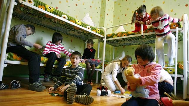 Waisenkinder spielen im Schlafzimmer