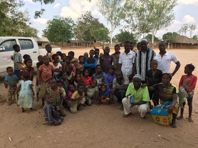 Dorfbewohner stehen für die Foto im Kreis
