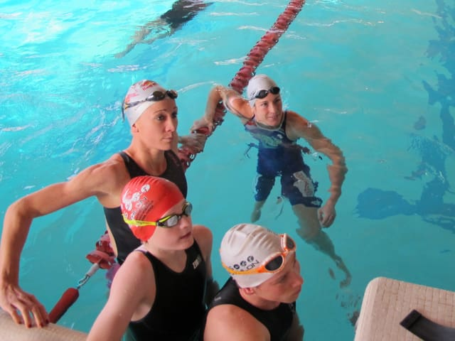 Schwimmerinnen im Wasserbecken.