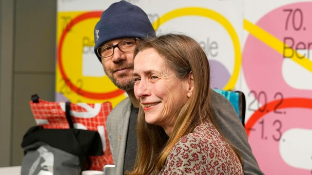 Carlo Chatrian und Mariette Rissenbeek. Carlo Chatrian trägt eine Mütze.