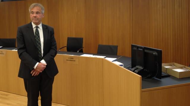 Guido Marbet in einem Gerichtssaal.
