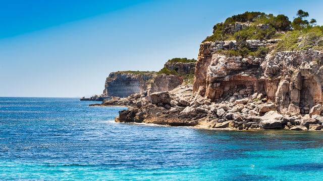 Steile Klippen im Mittelmeer: Die Küste von Mallorca.