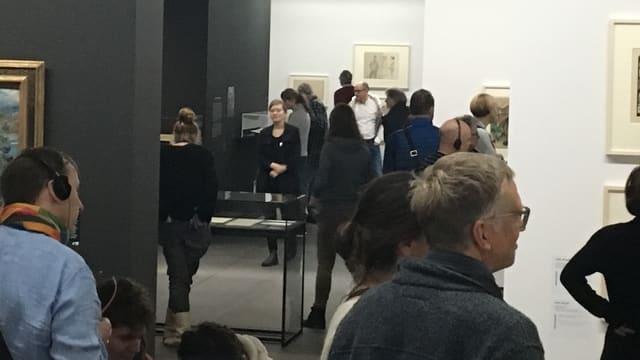 Viele Besucher in den Ausstellungsräumen des Kunstmuseums Bern.