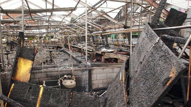 Ein ausgebranntes Gewächshaus der Grossgärtnerei Rutishauser.