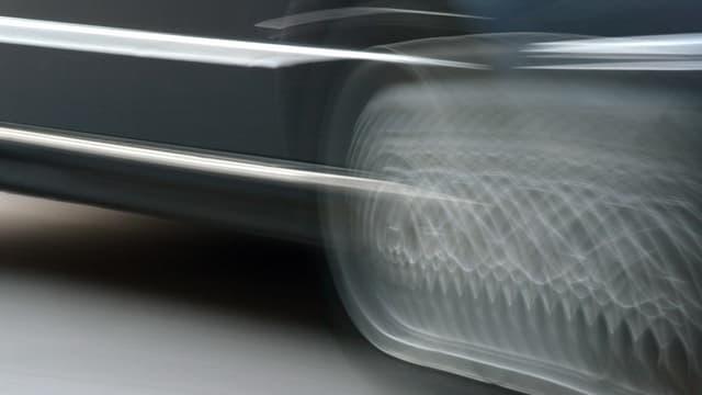 Ein schnell fahrendes Auto