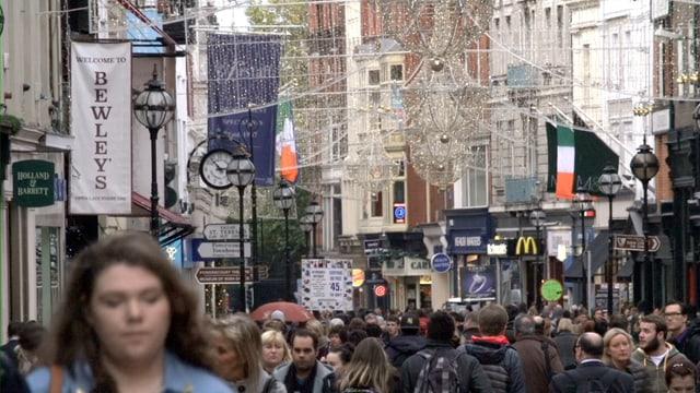 Menschenmenge in Einkaufsstrasse