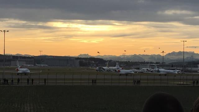 weisse Flugzeuge vor Alpenpanorama