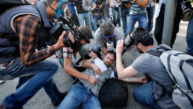 Ein Journalist liegt auf dem Boden nach Ausschreitungen in Istanbul.