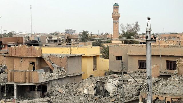 Zerstörte Häuser in Ramadi, im Hintergrund ein Minarett