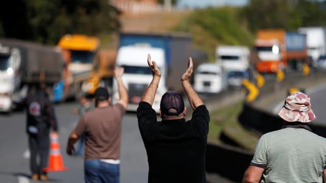 Lastwagenfahrer demonstrieren gegen hohe Preise