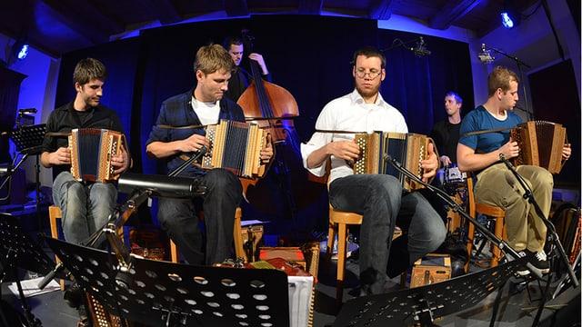 Eine sechsköpfige Band mit Schwyzerörgeli, Schlagzeug und Kontrabass.