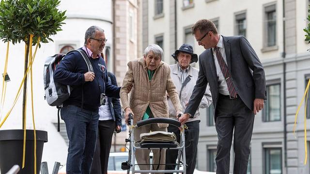 Ruth Roduner (Mitte) und ihr Sohn (links) sowie Hanspeter Krüsi, Chef Kommunikation Kapo St. Gallen
