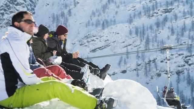 Menschen mit Sandwich im Skigebiet