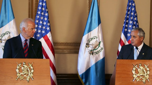 US-Vizepräsident Joe Biden (links) Guatemalas Staatschef Otto Pérez bei einer Medienkonferenz vor den Flaggen beider Länder.