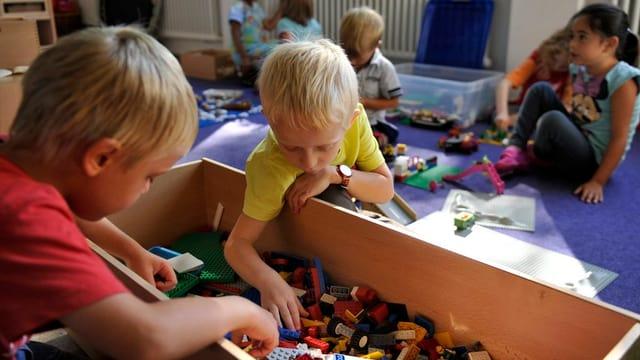Kinder spielen mit Lego.