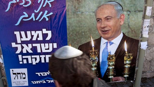 Ein Mann passiert ein Wahlplakat Benjamin Netanyahus.