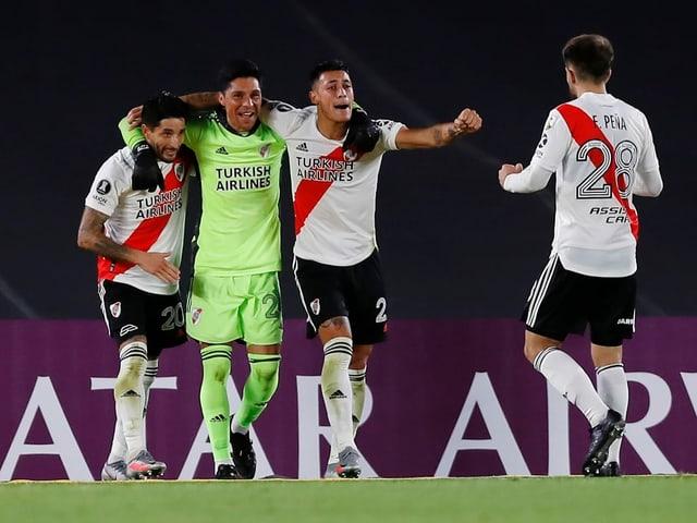 River Plate mit Mittelfeldspieler alias Torhüter Enzo Perez.