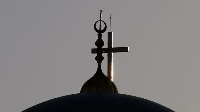 Die Kuppel der Mohammed al-Amin Mosque im Vordergrund, dahinter das Kreuz der St. George Kirche im Zentrum von Beirut.