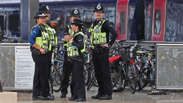 Polizists britannics avant in tren da metro.