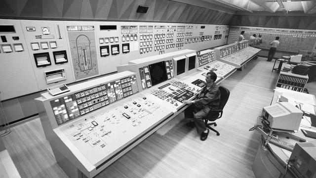 Das Reaktorpult im Kommandoraum des Kernkraftwerks Leibstadt, aufgenommen im August 1992.