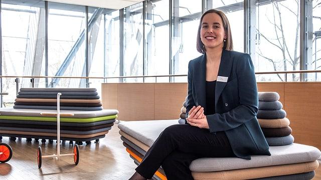 Fiona Fehlmann sesa sin in canapé en il centrum Paul Klee a Berna.