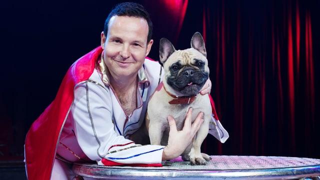 Ein mann mit einem Hund