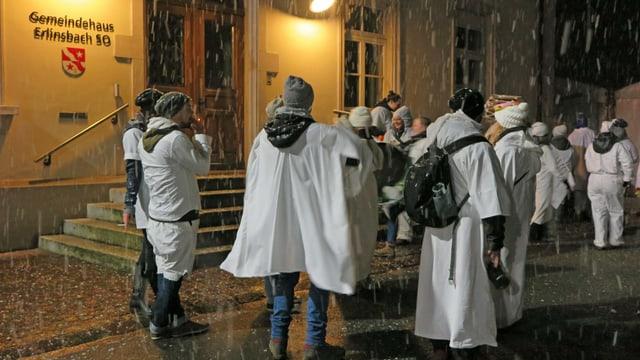 Fasnächtler stehen vor dem Gemeindehaus von Erlinsbach SO