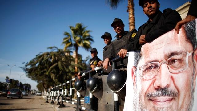 Soldaten mit einem Bild von Präsident Mursi
