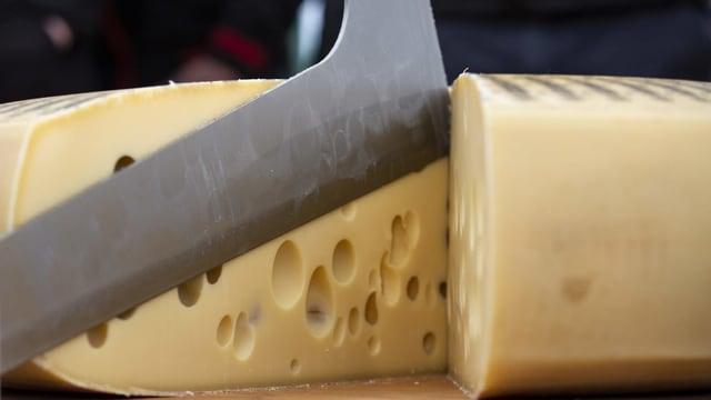 Emmentaler Käselaib mit Messer