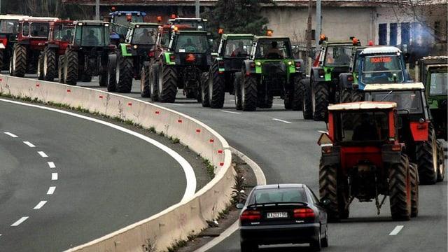 Millis purs blocheschan il traffic en Grezia cun lur maschinas agriculas.