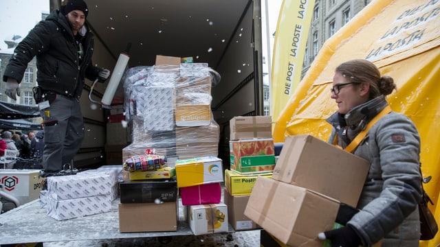 Helfer verpacken die abgegebenen Geschenke für die Aktion «2 x Weihnachten»