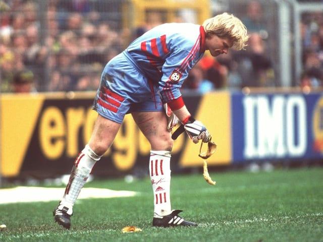 Oliver Kahn hebt 1999 gegen den BVB eine Bananenschale auf.