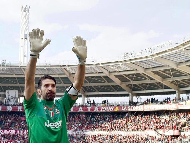 Buffon streckt die Arme in die Höhe und winkt dem Publikum zu.