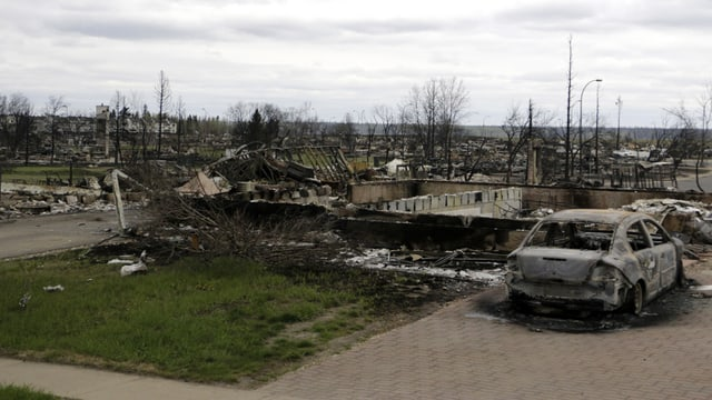 chasas destruidas dal fieu a Fort McMurray
