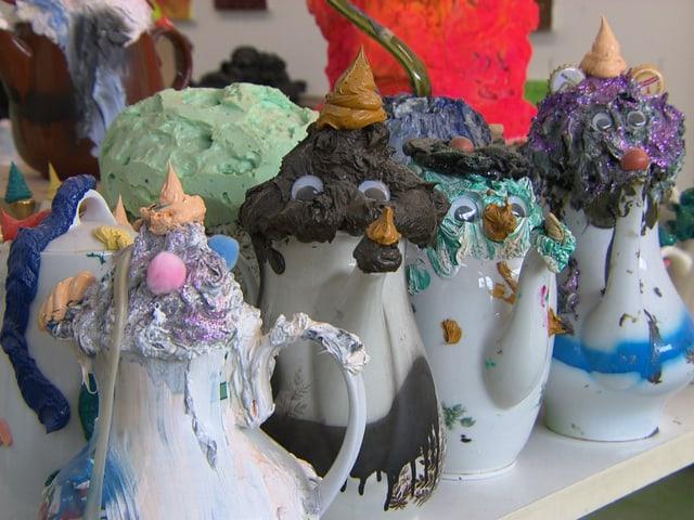Die Arbeiten «hässliche, aber freundliche Teekannen» in Beni Bischofs Atelier.