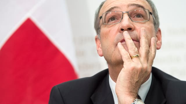 Bundesrat Parmelin an Medienkonferenz – er blickt fragend nach oben
