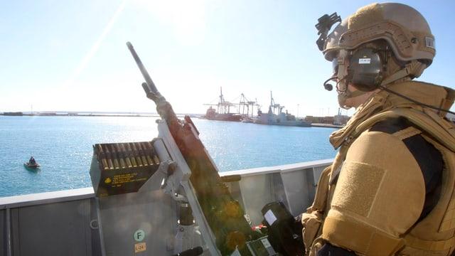 Ein Soldat an einem Maschinengewehr