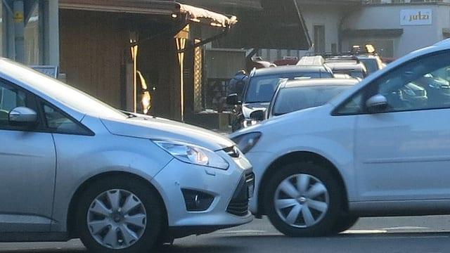 Viele Autos auf der Strasse.