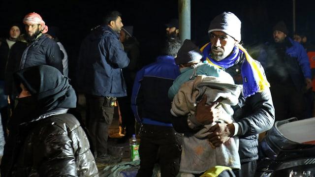 Menschen im Vorder- und Hintergrund, die nach al-Rashideen gebracht wurden.