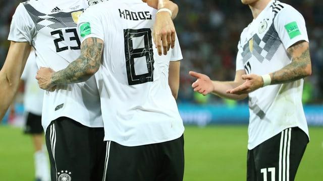 Deutsche Fussballer im National-Trikot.