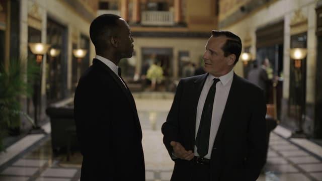 Zwei Männer in einem vornehmen Hotel