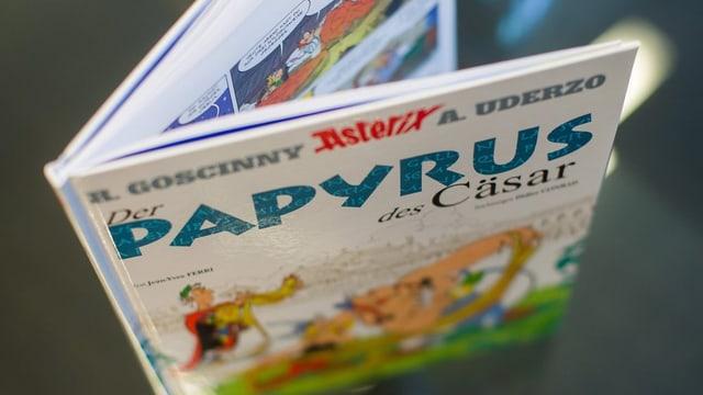 In cudesch da comic d'Asterix ord vista da sura.