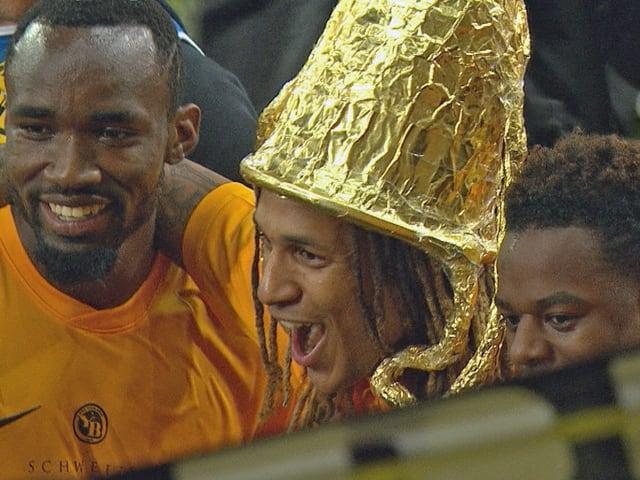 YB-Verteidiger Kevin Mbabu mit Alu-Pokal